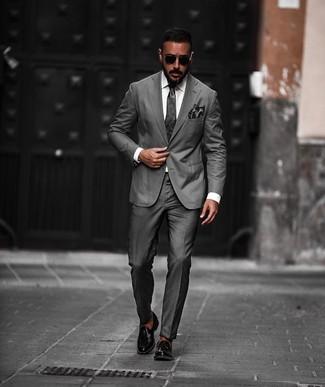 Wie kombinieren: dunkelgrauer Anzug, weißes Businesshemd, schwarze Leder Slipper mit Quasten, dunkelgraue Krawatte