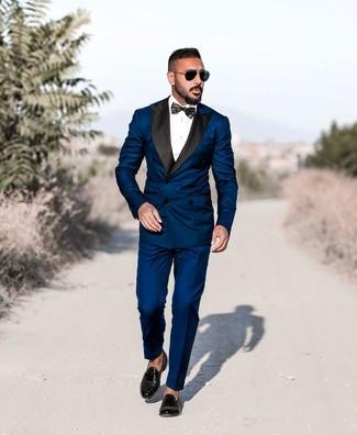 Wie kombinieren: dunkelblauer Anzug, weißes Businesshemd, schwarze Leder Slipper mit Quasten, schwarze Fliege
