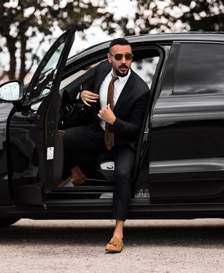 Braune Krawatte kombinieren: trends 2020: Vereinigen Sie einen schwarzen Anzug mit einer braunen Krawatte, um vor Klasse und Perfektion zu strotzen. Machen Sie diese Aufmachung leger mit beige Wildleder Slippern mit Quasten.