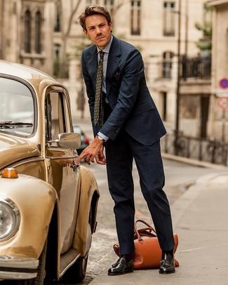 dunkelblauer vertikal gestreifter Anzug, hellblaues Chambray Businesshemd, dunkelbraune Leder Slipper mit Quasten, rotbraune Leder Reisetasche für Herren