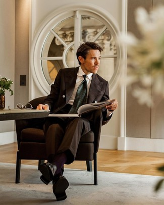Schwarze Leder Slipper mit Quasten kombinieren: Erwägen Sie das Tragen von einem dunkelbraunen Anzug und einem weißen Businesshemd für eine klassischen und verfeinerte Silhouette. Wenn Sie nicht durch und durch formal auftreten möchten, ergänzen Sie Ihr Outfit mit schwarzen Leder Slippern mit Quasten.