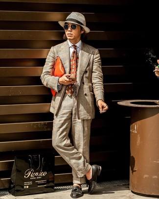 Wie kombinieren: hellbeige Anzug mit Schottenmuster, weißes Businesshemd, schwarze Leder Slipper mit Quasten, orange Leder Clutch Handtasche