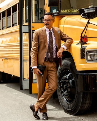 Wie kombinieren: beige Anzug, rosa vertikal gestreiftes Businesshemd, dunkelbraune Leder Slipper mit Quasten, schwarze Leder Clutch Handtasche