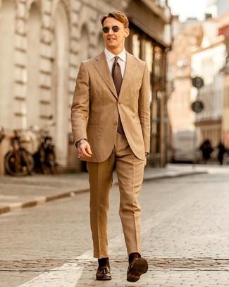 Beige Anzug kombinieren: trends 2020: Vereinigen Sie einen beige Anzug mit einem weißen Businesshemd für eine klassischen und verfeinerte Silhouette. Suchen Sie nach leichtem Schuhwerk? Komplettieren Sie Ihr Outfit mit dunkelbraunen Leder Slippern mit Quasten für den Tag.