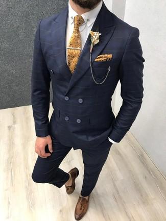 Braune Leder Slipper mit Quasten kombinieren: trends 2020: Paaren Sie einen dunkelblauen Anzug mit Karomuster mit einem weißen Businesshemd für eine klassischen und verfeinerte Silhouette. Dieses Outfit passt hervorragend zusammen mit braunen Leder Slippern mit Quasten.
