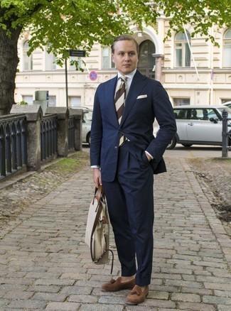 Weißes Businesshemd kombinieren: trends 2020: Kombinieren Sie ein weißes Businesshemd mit einem dunkelblauen Anzug für einen stilvollen, eleganten Look. Fühlen Sie sich mutig? Vervollständigen Sie Ihr Outfit mit braunen Wildleder Slippern mit Quasten.