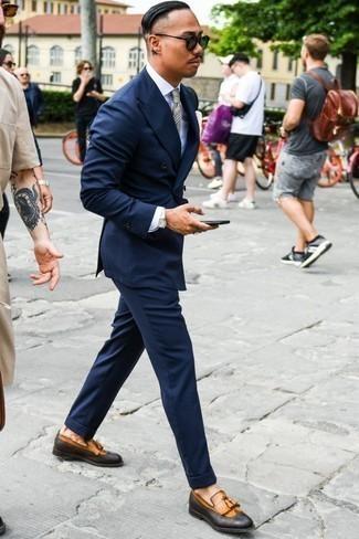 Dunkelblauen Anzug kombinieren: trends 2020: Entscheiden Sie sich für einen dunkelblauen Anzug und ein weißes Businesshemd, um vor Klasse und Perfektion zu strotzen. Wenn Sie nicht durch und durch formal auftreten möchten, wählen Sie beige Leder Slipper mit Quasten.