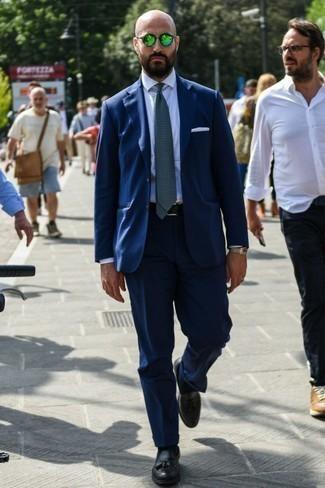 Dunkelblauen Anzug kombinieren: trends 2020: Erwägen Sie das Tragen von einem dunkelblauen Anzug und einem weißen Businesshemd für einen stilvollen, eleganten Look. Fühlen Sie sich ideenreich? Ergänzen Sie Ihr Outfit mit schwarzen Leder Slippern mit Quasten.