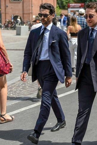 Dunkelblauen Anzug kombinieren: trends 2020: Kombinieren Sie einen dunkelblauen Anzug mit einem weißen vertikal gestreiften Businesshemd für einen stilvollen, eleganten Look. Schwarze Leder Slipper mit Quasten sind eine ideale Wahl, um dieses Outfit zu vervollständigen.