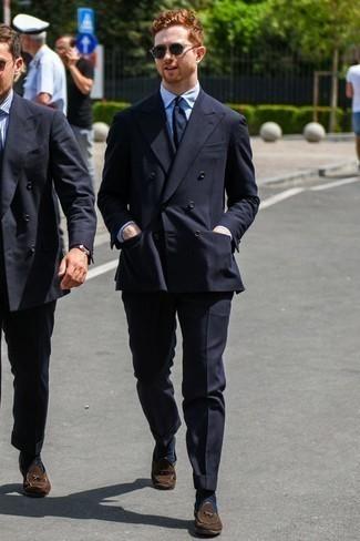 Dunkelblaue Socken kombinieren: trends 2020: Paaren Sie einen schwarzen Anzug mit dunkelblauen Socken, um mühelos alles zu meistern, was auch immer der Tag bringen mag. Ergänzen Sie Ihr Outfit mit dunkelbraunen Wildleder Slippern mit Quasten, um Ihr Modebewusstsein zu zeigen.