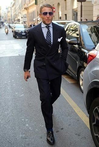 Graue Uhr kombinieren: trends 2020: Entscheiden Sie sich für einen schwarzen Anzug und eine graue Uhr, um mühelos alles zu meistern, was auch immer der Tag bringen mag. Ergänzen Sie Ihr Outfit mit schwarzen Leder Slippern mit Quasten, um Ihr Modebewusstsein zu zeigen.