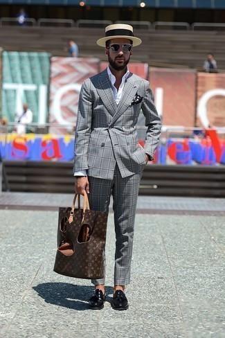Schwarzes und weißes gepunktetes Einstecktuch kombinieren: trends 2020: Kombinieren Sie einen grauen Anzug mit Schottenmuster mit einem schwarzen und weißen gepunkteten Einstecktuch, um mühelos alles zu meistern, was auch immer der Tag bringen mag. Fühlen Sie sich mutig? Ergänzen Sie Ihr Outfit mit schwarzen Leder Slippern mit Quasten.