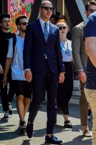 Weißes Einstecktuch kombinieren: trends 2020: Kombinieren Sie einen dunkelblauen Anzug mit einem weißen Einstecktuch, um mühelos alles zu meistern, was auch immer der Tag bringen mag. Fühlen Sie sich mutig? Entscheiden Sie sich für dunkelblauen Wildleder Slipper mit Quasten.