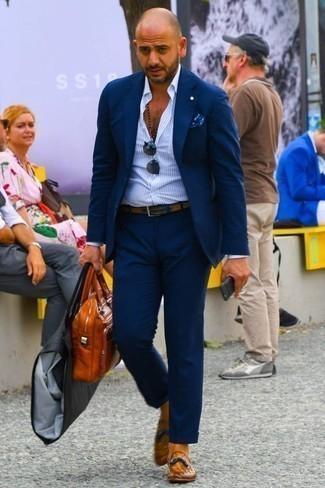 Hellblaues vertikal gestreiftes Businesshemd kombinieren: trends 2020: Tragen Sie ein hellblaues vertikal gestreiftes Businesshemd und einen dunkelblauen Anzug für eine klassischen und verfeinerte Silhouette. Ergänzen Sie Ihr Look mit rotbraunen Leder Slippern mit Quasten.