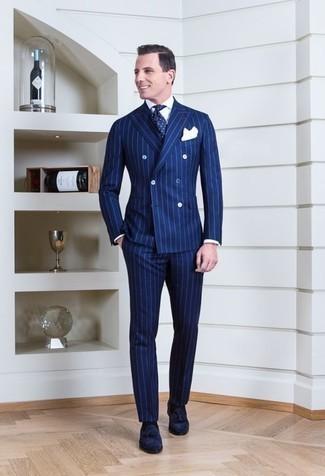 Blauen vertikal gestreiften Anzug kombinieren: trends 2020: Kombinieren Sie einen blauen vertikal gestreiften Anzug mit einem weißen Businesshemd für einen stilvollen, eleganten Look. Ergänzen Sie Ihr Look mit dunkelblauen Wildleder Slippern mit Quasten.