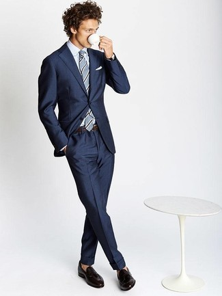 20 Jährige: Dunkelbraune Leder Slipper mit Quasten kombinieren – 51 Herren Outfits: Kombinieren Sie einen dunkelblauen Anzug mit einem weißen Businesshemd für eine klassischen und verfeinerte Silhouette. Dunkelbraune Leder Slipper mit Quasten verleihen einem klassischen Look eine neue Dimension.