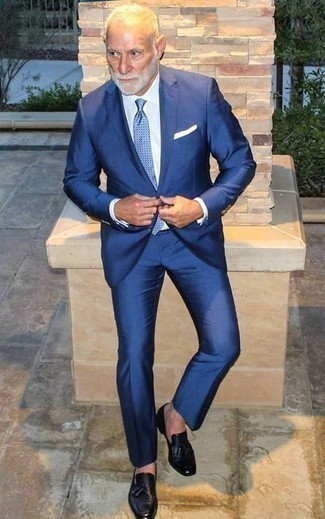 Mode für Herren ab 60 2020: Etwas Einfaches wie die Wahl von einem blauen Anzug und einem weißen Businesshemd kann Sie von der Menge abheben. Schwarze Leder Slipper mit Quasten verleihen einem klassischen Look eine neue Dimension.