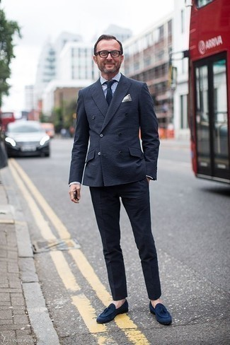 Dunkelblaue Wildleder Slipper mit Quasten kombinieren: trends 2020: Machen Sie sich mit einem dunkelblauen Anzug und einem weißen und dunkelblauen Businesshemd mit Vichy-Muster einen verfeinerten, eleganten Stil zu Nutze. Ergänzen Sie Ihr Look mit dunkelblauen Wildleder Slippern mit Quasten.