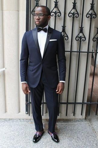 Herren Outfits & Modetrends 2020 für Sommer: Entscheiden Sie sich für einen dunkelblauen Anzug und ein weißes Businesshemd, um vor Klasse und Perfektion zu strotzen. Fühlen Sie sich ideenreich? Wählen Sie schwarze Leder Slipper mit Quasten. Das Outfit ist ja mega für den Sommer.