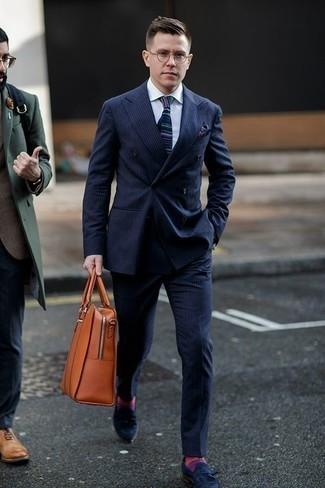 Rotbraune Shopper Tasche aus Leder kombinieren: trends 2020: Kombinieren Sie einen dunkelblauen vertikal gestreiften Anzug mit einer rotbraunen Shopper Tasche aus Leder, um mühelos alles zu meistern, was auch immer der Tag bringen mag. Fühlen Sie sich mutig? Ergänzen Sie Ihr Outfit mit dunkelblauen Wildleder Slippern mit Quasten.
