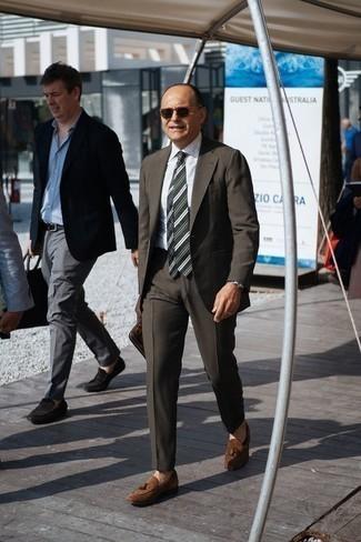 Elegante Outfits Herren 2020: Kombinieren Sie einen dunkelgrauen Anzug mit einem weißen Businesshemd, um vor Klasse und Perfektion zu strotzen. Suchen Sie nach leichtem Schuhwerk? Komplettieren Sie Ihr Outfit mit braunen Wildleder Slippern mit Quasten für den Tag.