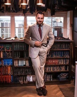 Rotbraune Socken kombinieren – 312 Herren Outfits: Kombinieren Sie einen beige Anzug mit rotbraunen Socken für einen bequemen Alltags-Look. Schalten Sie Ihren Kleidungsbestienmodus an und machen dunkelbraunen Wildleder Slipper mit Quasten zu Ihrer Schuhwerkwahl.