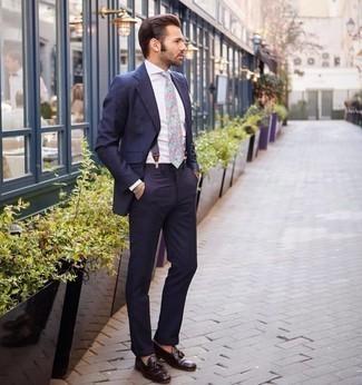 Hosenträger kombinieren – 271 Herren Outfits: Kombinieren Sie einen dunkelblauen vertikal gestreiften Anzug mit einem Hosenträger, um einen lockeren, aber dennoch stylischen Look zu erhalten. Schalten Sie Ihren Kleidungsbestienmodus an und machen dunkelbraunen Leder Slipper mit Quasten zu Ihrer Schuhwerkwahl.