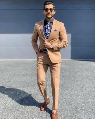 Dunkelblaues Businesshemd kombinieren – 660+ Herren Outfits: Entscheiden Sie sich für einen klassischen Stil in einem dunkelblauen Businesshemd und einem beige Anzug. Fühlen Sie sich ideenreich? Komplettieren Sie Ihr Outfit mit braunen Leder Slippern mit Quasten.