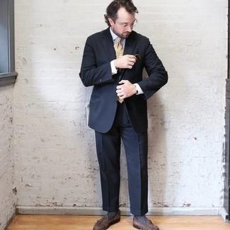 Elegante Outfits Herren 2020: Vereinigen Sie einen dunkelblauen Anzug mit einem weißen Businesshemd für eine klassischen und verfeinerte Silhouette. Suchen Sie nach leichtem Schuhwerk? Ergänzen Sie Ihr Outfit mit braunen Wildleder Slippern mit Quasten für den Tag.