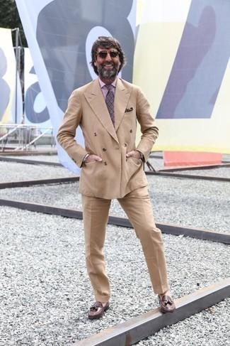 Dunkelbraunes Einstecktuch kombinieren – 440 Herren Outfits: Tragen Sie einen beige Anzug und ein dunkelbraunes Einstecktuch, um mühelos alles zu meistern, was auch immer der Tag bringen mag. Braune Leder Slipper mit Quasten putzen umgehend selbst den bequemsten Look heraus.