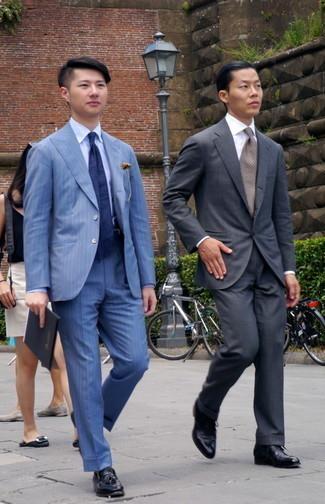 Gürtel kombinieren – 500+ Herren Outfits: Entscheiden Sie sich für einen blauen vertikal gestreiften Anzug und einen Gürtel für ein Alltagsoutfit, das Charakter und Persönlichkeit ausstrahlt. Wählen Sie schwarzen Leder Slipper mit Quasten, um Ihr Modebewusstsein zu zeigen.