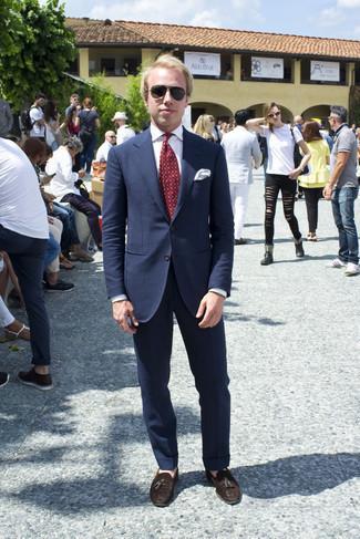 Armband kombinieren – 500+ Herren Outfits: Entscheiden Sie sich für einen dunkelblauen Anzug und ein Armband, um einen lockeren, aber dennoch stylischen Look zu erhalten. Fühlen Sie sich ideenreich? Wählen Sie dunkelbraunen Wildleder Slipper mit Quasten.