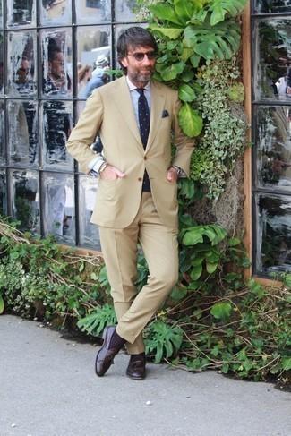 40 Jährige: Outfits Herren 2020: Etwas Einfaches wie die Wahl von einem beige Anzug und einem hellblauen vertikal gestreiften Businesshemd kann Sie von der Menge abheben. Dieses Outfit passt hervorragend zusammen mit dunkelbraunen Leder Slippern mit Quasten.