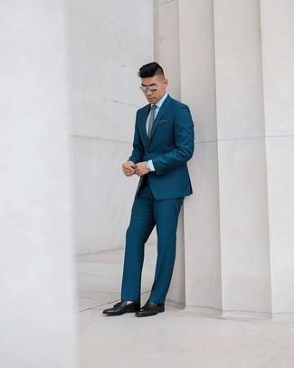 Elegante Outfits Herren 2020: Kombinieren Sie einen dunkeltürkisen vertikal gestreiften Anzug mit einem weißen Businesshemd für einen stilvollen, eleganten Look. Dieses Outfit passt hervorragend zusammen mit schwarzen Leder Slippern mit Quasten.