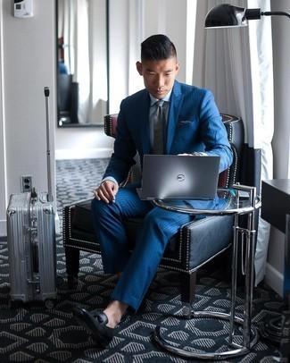 Elegante Outfits Herren 2020: Kombinieren Sie einen blauen vertikal gestreiften Anzug mit einem hellblauen Businesshemd, um vor Klasse und Perfektion zu strotzen. Schwarze Leder Slipper mit Quasten sind eine kluge Wahl, um dieses Outfit zu vervollständigen.