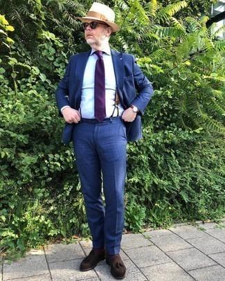 Hosenträger kombinieren – 355 Herren Outfits: Kombinieren Sie einen dunkelblauen Anzug mit Karomuster mit einem Hosenträger für ein bequemes Outfit, das außerdem gut zusammen passt. Dunkelbraune Wildleder Slipper mit Quasten putzen umgehend selbst den bequemsten Look heraus.
