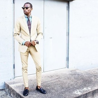 Hellblaues Businesshemd kombinieren – 1200+ Herren Outfits: Vereinigen Sie ein hellblaues Businesshemd mit einem hellbeige Anzug für eine klassischen und verfeinerte Silhouette. Wenn Sie nicht durch und durch formal auftreten möchten, ergänzen Sie Ihr Outfit mit dunkelblauen Leder Slippern mit Quasten.