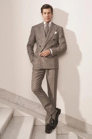 Socken kombinieren – 500+ Herren Outfits: Kombinieren Sie einen braunen Anzug mit Schottenmuster mit Socken, um einen lockeren, aber dennoch stylischen Look zu erhalten. Fühlen Sie sich mutig? Komplettieren Sie Ihr Outfit mit schwarzen Leder Slippern mit Quasten.