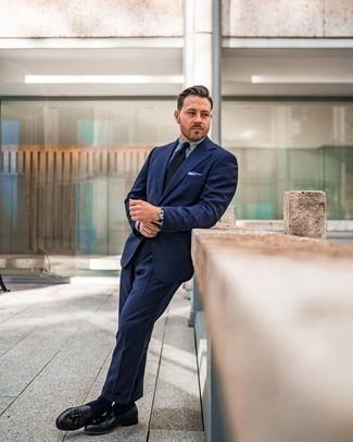 Weißes und blaues Einstecktuch kombinieren – 500+ Herren Outfits: Kombinieren Sie einen dunkelblauen Anzug mit einem weißen und blauen Einstecktuch, um mühelos alles zu meistern, was auch immer der Tag bringen mag. Schwarze Leder Slipper mit Quasten sind eine einfache Möglichkeit, Ihren Look aufzuwerten.