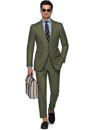 Anzug kombinieren – 500+ Herren Outfits: Paaren Sie einen Anzug mit einem hellblauen Businesshemd, um vor Klasse und Perfektion zu strotzen. Warum kombinieren Sie Ihr Outfit für einen legereren Auftritt nicht mal mit dunkelbraunen Wildleder Slippern mit Quasten?