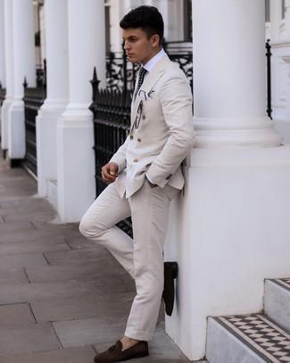 Weißes Businesshemd kombinieren – 500+ Herren Outfits: Kombinieren Sie ein weißes Businesshemd mit einem hellbeige Anzug für einen stilvollen, eleganten Look. Bringen Sie die Dinge durcheinander, indem Sie dunkelbraunen Wildleder Slipper mit Quasten mit diesem Outfit tragen.