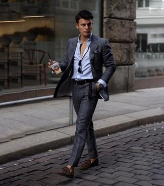 Dunkelbraunen geflochtenen Ledergürtel kombinieren – 500+ Herren Outfits: Erwägen Sie das Tragen von einem dunkelgrauen Anzug mit Karomuster und einem dunkelbraunen geflochtenen Ledergürtel für ein bequemes Outfit, das außerdem gut zusammen passt. Putzen Sie Ihr Outfit mit dunkelbraunen Wildleder Slippern mit Quasten.