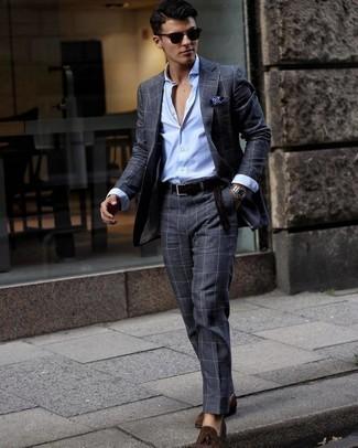 Einstecktuch kombinieren – 500+ Herren Outfits: Kombinieren Sie einen dunkelgrauen Anzug mit Karomuster mit einem Einstecktuch für ein sonntägliches Mittagessen mit Freunden. Machen Sie Ihr Outfit mit dunkelbraunen Wildleder Slippern mit Quasten eleganter.