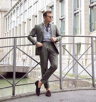 Bandana kombinieren – 675+ Herren Outfits: Tragen Sie einen olivgrünen Anzug und einen Bandana für ein großartiges Wochenend-Outfit. Schalten Sie Ihren Kleidungsbestienmodus an und machen dunkelbraunen Wildleder Slipper mit Quasten zu Ihrer Schuhwerkwahl.