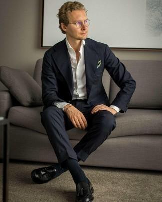 Transparente Sonnenbrille kombinieren – 500+ Herren Outfits: Erwägen Sie das Tragen von einem dunkelblauen Anzug und einer transparenten Sonnenbrille für ein bequemes Outfit, das außerdem gut zusammen passt. Machen Sie Ihr Outfit mit schwarzen Leder Slippern mit Quasten eleganter.