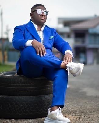 Weiße Sportschuhe kombinieren – 500+ Herren Outfits: Etwas Einfaches wie die Wahl von einem blauen Anzug und einem weißen vertikal gestreiften Businesshemd kann Sie von der Menge abheben. Weiße Sportschuhe liefern einen wunderschönen Kontrast zu dem Rest des Looks.