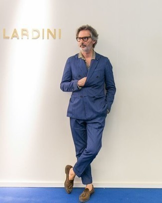 Dunkelblauen Anzug kombinieren – 500+ Herren Outfits: Vereinigen Sie einen dunkelblauen Anzug mit einem beige Businesshemd für einen stilvollen, eleganten Look. Wenn Sie nicht durch und durch formal auftreten möchten, entscheiden Sie sich für braunen Wildleder Slipper mit Quasten.
