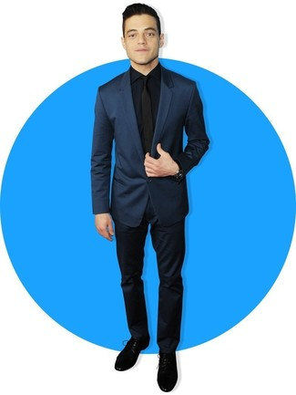 Wie kombinieren: dunkelblauer Anzug, dunkelblaues Businesshemd, schwarze Wildleder Derby Schuhe, schwarze Krawatte