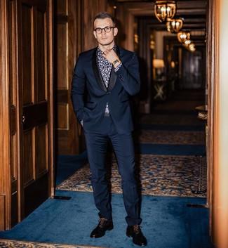 Wie kombinieren: dunkelblauer Anzug, dunkelblaues und weißes Businesshemd mit Blumenmuster, schwarze Leder Oxford Schuhe, goldene Uhr