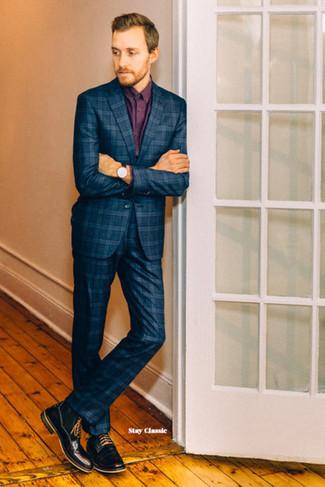 Herren Outfits & Modetrends: Erwägen Sie das Tragen von einem dunkelblauen Anzug mit Schottenmuster und einem dunkelroten Businesshemd für einen stilvollen, eleganten Look. Fühlen Sie sich mutig? Wählen Sie eine schwarze Lederfreizeitstiefel.